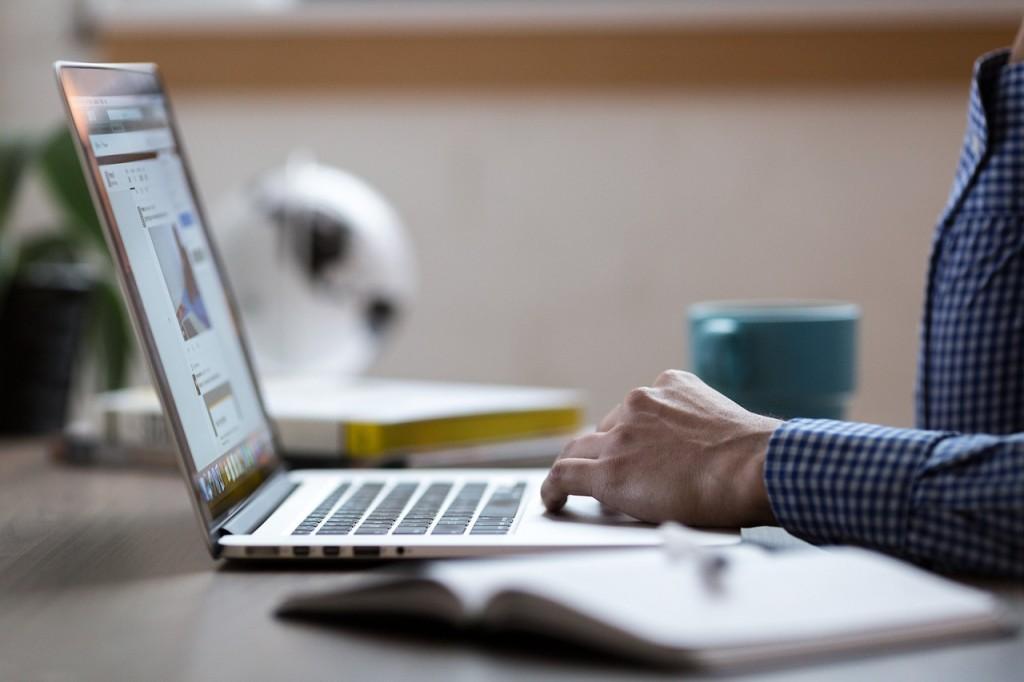 Laptop Lenovo ThinkPad T14s można uznać za urządzenie wszechstronne, bowiem nie skupia się ono tylko i wyłącznie na mobilności, czy wydajności, lecz łączy w sobie wszystkie najważniejsze cechy dobrego, biznesowego laptopa